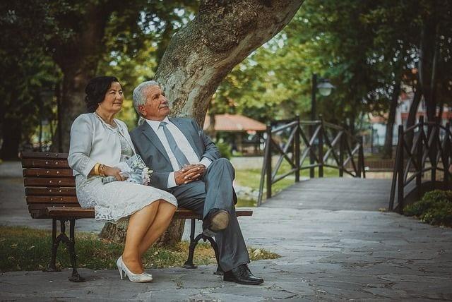 Pareja de ancianos que van a celebrar sus Bodas de Oro
