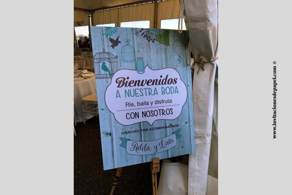 Cartel de bienvenida de una boda real de estilo vintge y romantico con jaulas antiguas y fondo de madera