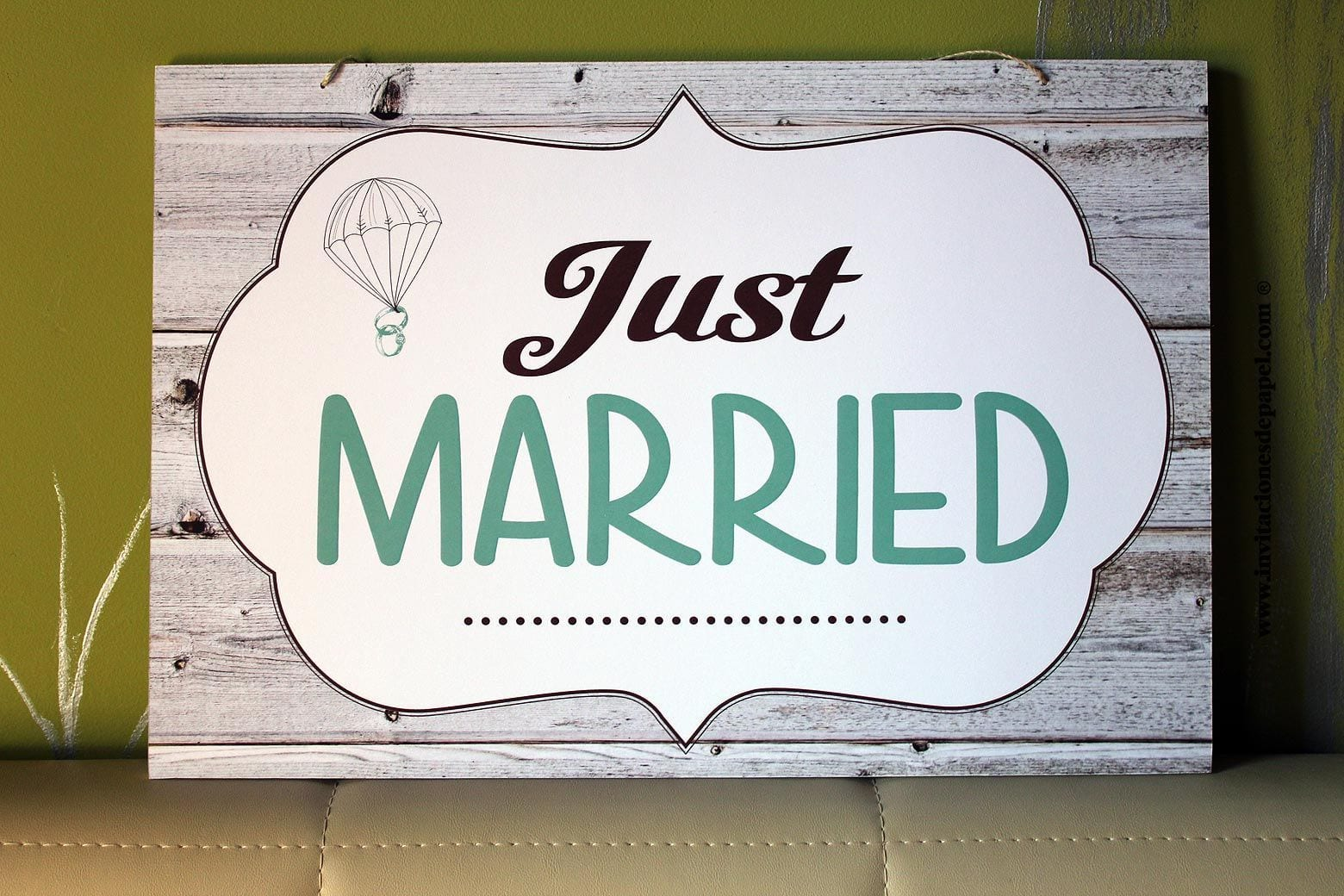 cartel ya viene la novia con frase personalizada para la entrada de los pajes