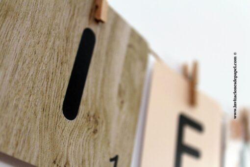 Letra de Scrabble con fondo de Madera