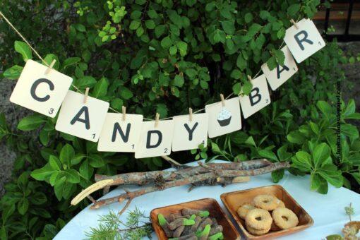 Candy bar escrito con letras de scrabble y colgadas en el rincon de los dulces